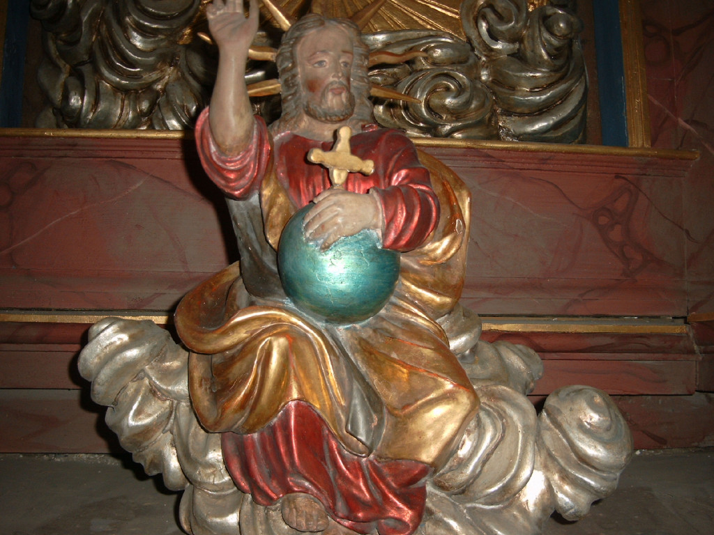 Christus der Weltenrichter sitzt auf dem Schalldeckel der Kanzel