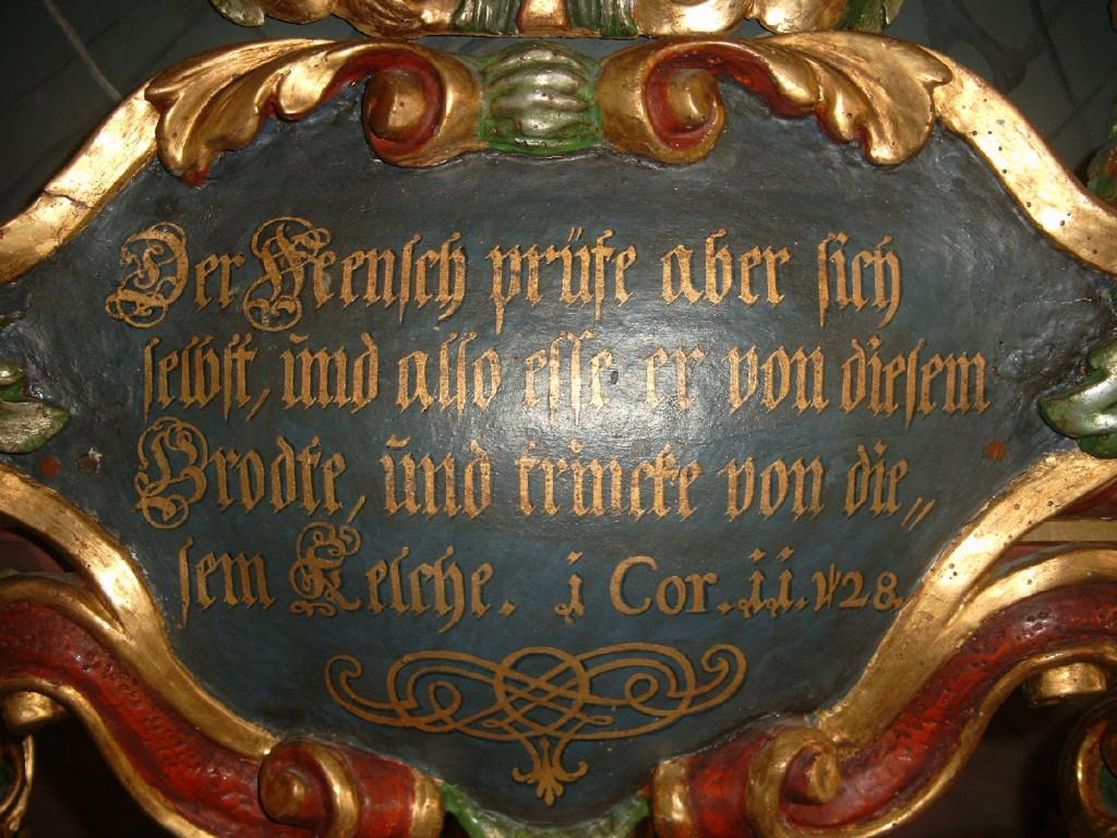 Warnschild über dem Altartisch